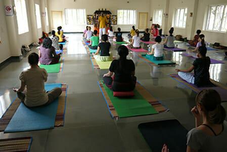 "<div style=""font-family: catamaran; color:#ffffff"">Sivananda Yoga Vedanta Centre</br><span style=""font-size: .8em"">Chennai (Madras) | Inde</span></div>"