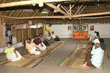 "<div style=""font-family: catamaran; color:#ffffff"">Sivananda Yoga Vedanta Centre</br><span style=""font-size: .8em"">Madurai, Tamil Nadu | Inde</span></div>"