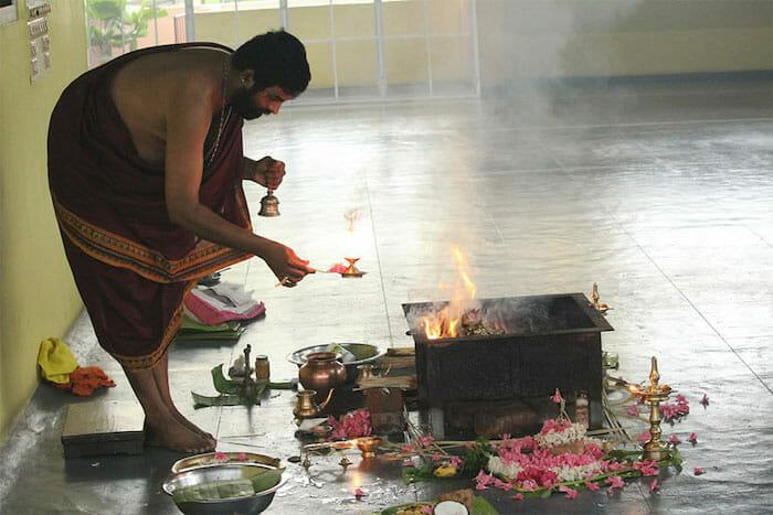 "<div style=""font-family: catamaran; color:#ffffff"">Sivananda Yoga Vedanta Centre</br><span style=""font-size: .8em"">Thiruvananthapuram, Kerala | Inde</span></div>"