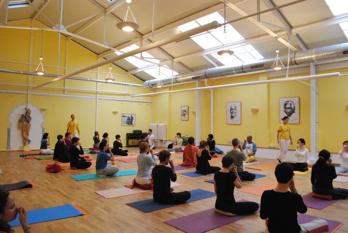 "<div style=""font-family: catamaran; color:#ffffff"">Centre Sivananda de Yoga Vedanta </br><span style=""font-size: .8em"">Paris 